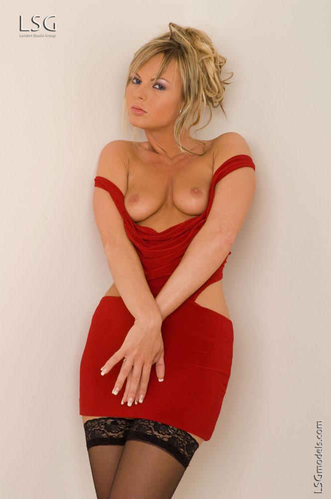 Блондинка в черных чулках Sandra Sanchez снимает красное мини платье и трусики