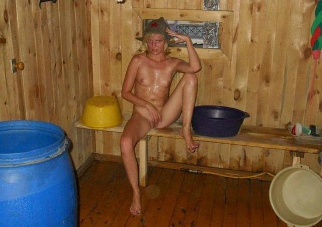 Глупая девка блондинка сделала фото в чулках и трусиках