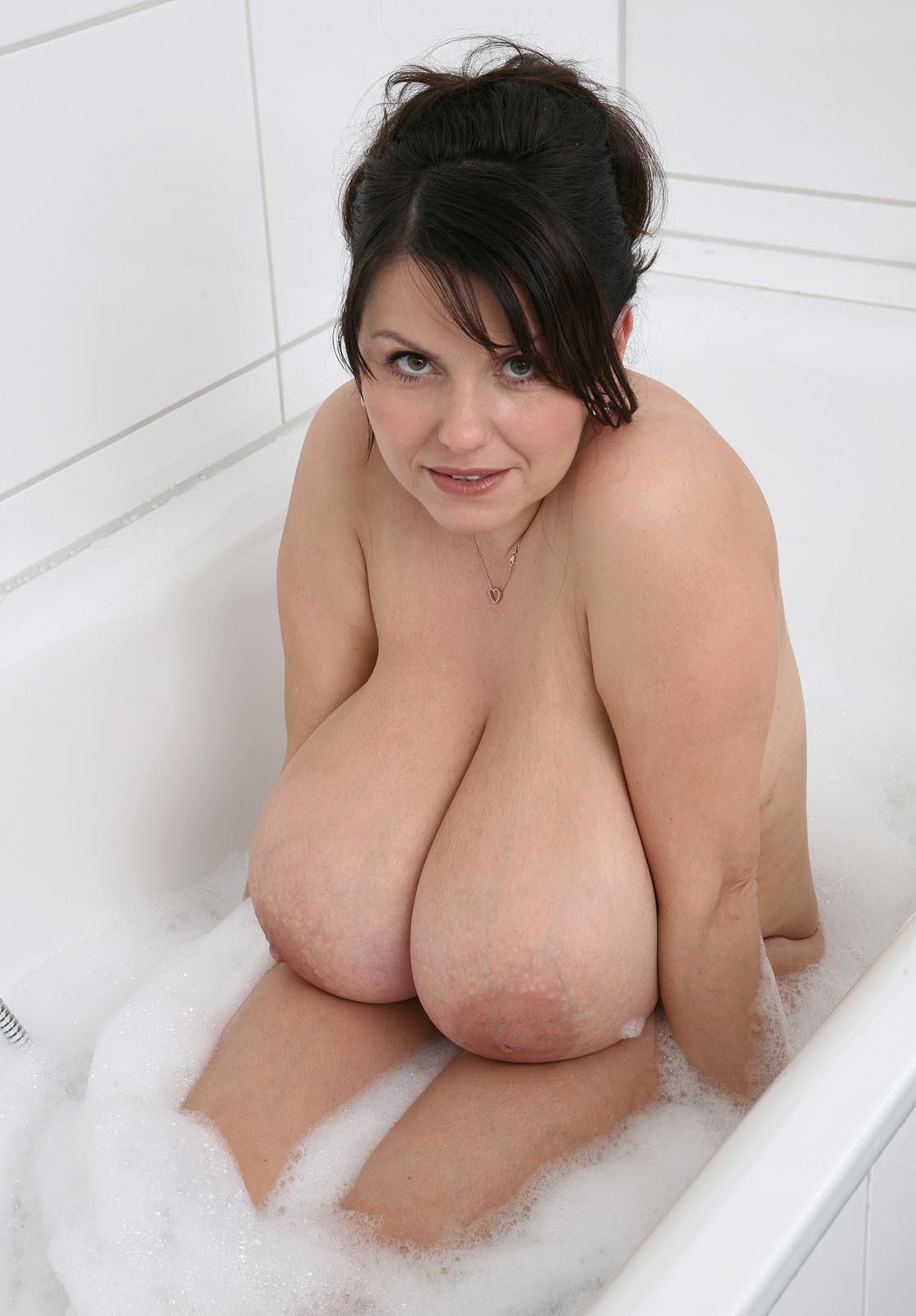 Грудастая женщина в пенной ванной