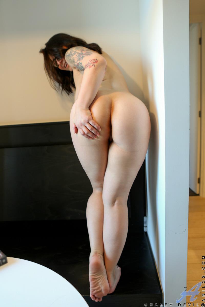 Непослушная домохозяйка Chasey Devil снимает одежду, чтобы позировать голой в очках